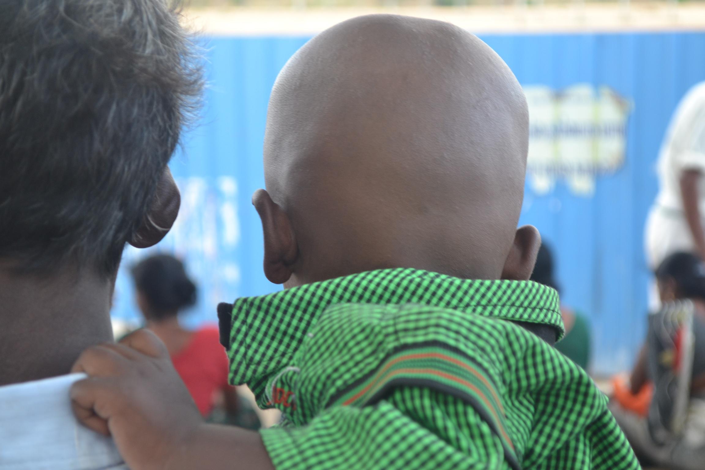un homme et un enfant en Inde seuls,au milieu de la foule